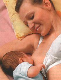 Що робити, якщо малюк не встигає ковтати молоко?