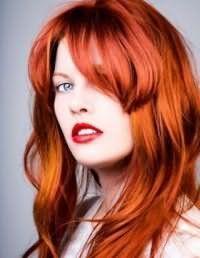 Ефектний вогненно-рудий колір волосся, оформлених у вигляді середньої стрижки каскад з косою чубчиком, дивовижно доповнює макіяж для блакитних очей з акцентом на губи