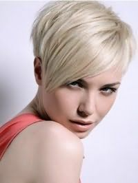 Варіант стрижки каскад для короткого волосся середньої густоти гармонійно доповнить косий чубчик і фарбування в натуральний попелястий відтінок