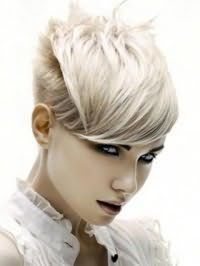 Ультрамодна рвана стрижка з густим чубчиком для короткого волосся попелясто русявого кольору