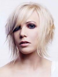 Варіант креативної рваної стрижки для тонкого волосся середньої довжини