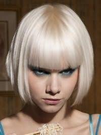 Відмінним рішенням для вечірнього образу блондинок стане стрижка боб з прямою чубчиком, яку доповнює макіяж очей блакитного відтінку, персикові рум`яна і помада природного тону