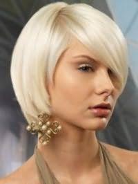 Стрижка боб з подовженою чубчиком на один бік стане відмінним варіантом для попелястих блондинок з карими очима і буде гармоніювати з макіяжем в світло-коричневій гамі