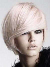 Стрижка каре з подовженням для густого волосся попелястого відтінку