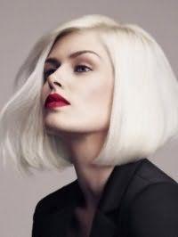 Стрижка боб з додатковим обсягом і бічним проділом ідеально підійде платиновим блондинкам і буде гармоніювати з макіяжем, головним акцентом якого є помада яскравого червоного кольору