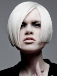 Пряме волосся платинового відтінку на стрижці боб з боковим проділом доповнять макіяж очей в сірих тонах, бежеву помаду і будуть відповідним варіантом для холодного кольоротипу зовнішності