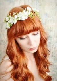 Весільний образ для власниць довгих рудого волосся, покладених у вигляді великих локонів, з прямою густий чубчиком в тандемі з макіяжем в натуральних відтінках