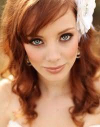 Ідея макіяжу в золотисто-коричневій гамі на весілля для дівчат з рудим волоссям середньої довжини, укладеними у вигляді дрібних локонів, з косою чубчиком