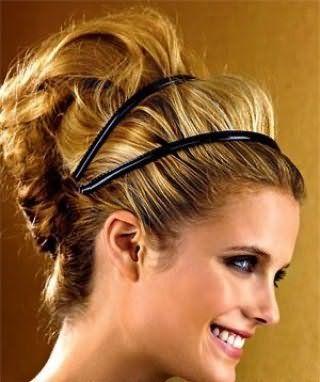 Креативний образ у вигляді гармонійного поєднання високої грецької зачіски на довгому волоссі пшеничного відтінку, прикрашеної подвійною чорною стрічкою і макіяжу очей в чорних тонах