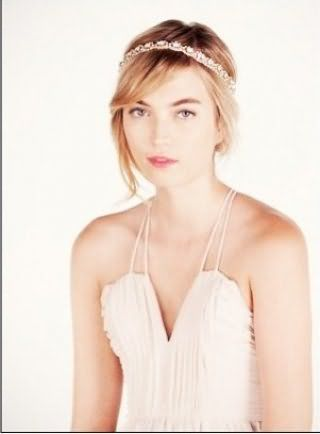 Пряме волосся пшеничного відтінку добре виглядають в грецькій зачісці з чубчиком, прикрашеної обручем зі стразами, і доповнюють вечірній макіяж дівчини зі світлим типом шкіри
