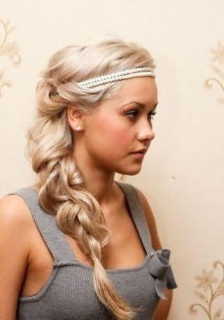 Грецька зачіска на довге густе волосся у вигляді коси, декорована перловим обідком, стане відмінним варіантом для блондинки з теплим цветотипом зовнішності