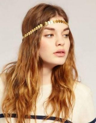Дівчатам з довгим волоссям пшеничного відтінку підійде грецька зачіска з розпущеним легкими локонами і тонким металевим обручем золотистого тону, яка гармонує зі світлим типом шкіри