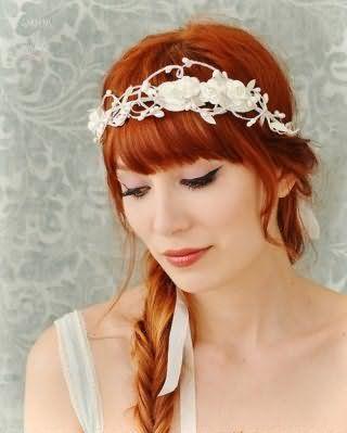 Рудий колір волосся буде мати гарний вигляд з грецької зачіскою з чубчиком і косою, прикрашеної стильним білим квітковим обідком, і доповнить образ в поєднанні з макіяжем очей у вигляді стрілок
