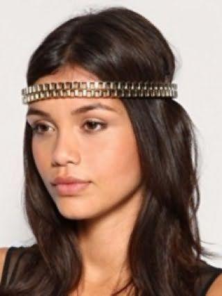 Розпущене пасма темно-русявого відтінку складуть гармонійний образ в поєднанні з грецької зачіскою, прикрашеною оригінальним металевим обручем в області чола і макіяжем в світлих коричневих тонах
