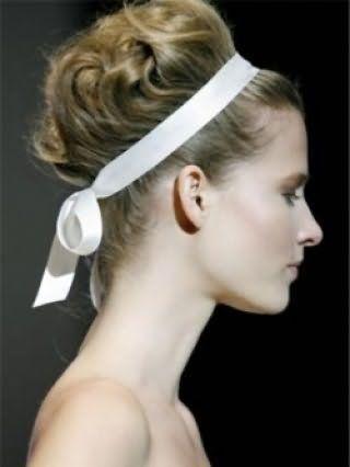 Для власниць світлого типу шкіри хорошим варіантом буде висока грецька зачіска, укладена в локони і декорована білою стрічкою, в тандемі з денним макіяжем