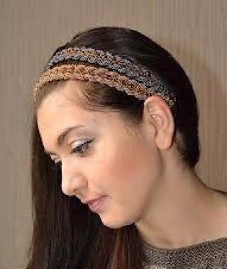 Макіяж очей сірого відтінку поєднується з помадою натурального тону і доповнює образ дівчини з грецької зачіскою на темно-каштанових довгому волоссі з подвійним плетеним обідком