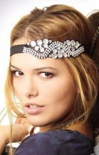 Золотисто-русявий колір волосся добре виглядає на грецькій зачісці з розпущеним пасмами і гумкою зі стразами і гармонує з денним макіяжем для світлого типу шкіри