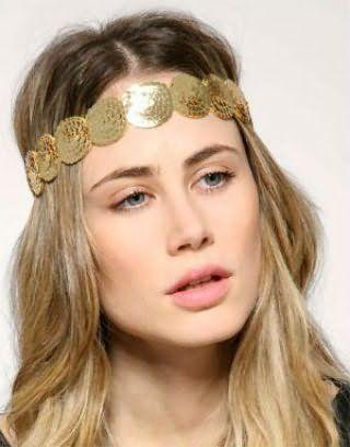 Креативний образ у вигляді гармонійного тандему грецької зачіски на розпущене волосся русявого кольору з металевим обручем бронзового тону і легкого макіяжу в натуральних тонах