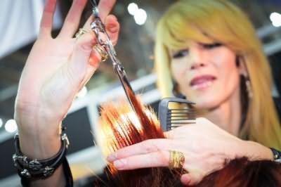На фото - процес филировки звичайними ножицями з подовженими полотнами