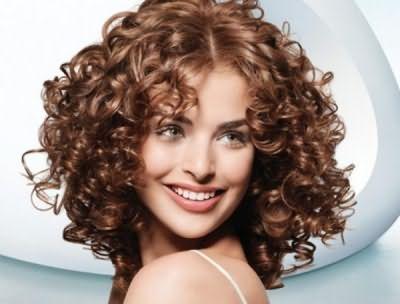 Так виглядає довгострокова укладання на середні волосся (середнього розміру пружні вертикальні кучері).