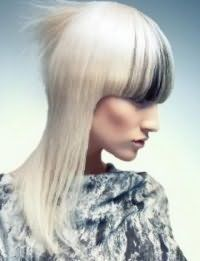 Чорні колорованого пасма на чубку є ідеальним рішенням для блондинок з платиновим відтінком волосся середньої довжини, які доповнюються макіяжем в світло-коричневій гамі