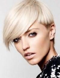 Коротку стрижку на волоссі відтінку блонд з подовженою чубчиком на бік прикрасять колорованого кінчики коричневого кольору, і доповнить легкий денний макіяж в природних тонах