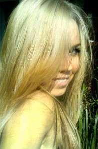 блондинка подивилася на хлопця і посміхнулася