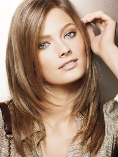 Стрижка драбинка на середні волосся без чубчика