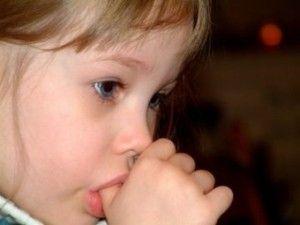 Чому дитина смокче палець?