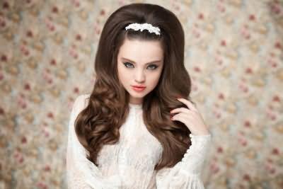 Більш святкове шпилька прекрасно доповнить вечірню зачіску, а звичайна невидимка (її ціна буде в кілька разів дешевше красивого аксесуара) стане незамінним елементом суворого способу
