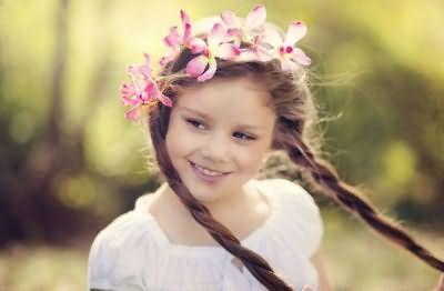 Зачіски для дівчаток з довгими локонами більш вимогливі, адже вони не повинні створювати незручності