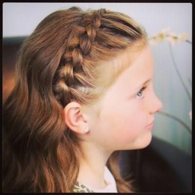 Таке плетіння на довгих локонах створює дитині комфортні умови, адже волоски не лізуть в очі