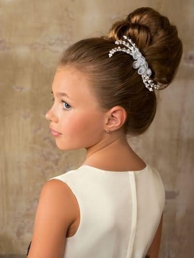 Фото елегантної зачіски для юної леді