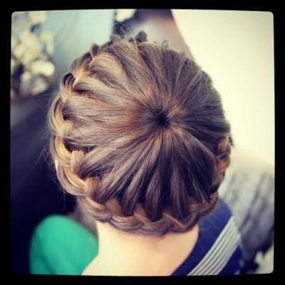 Красива зачіска для дівчинки на кожен день на середні волосся