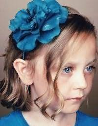 Зачіска з аксесуаром для першокласниці