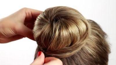 Зробити такий гарний пучок на середні волосся зуміє і дівчинка-підліток.