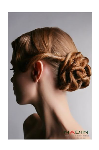 Така зачіска з інтригуючими візерунками виглядає доглянуто і сучасно.