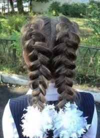 Зачіска з плетінням і бантами