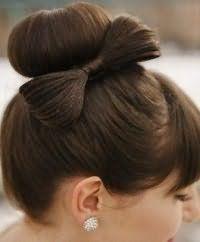 Модна зачіска пучок з бантом
