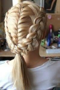 Святкова зачіска з плетінням для довгого волосся.