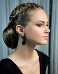 Вечірня зачіска з плетінням на довге волосся.