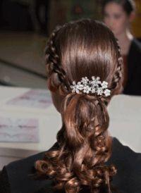 Ці кіски на коротке волосся для дівчаток виглядають оригінально, жваво, модно.
