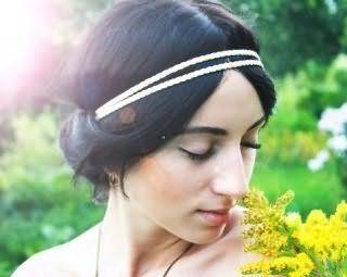 Зачіска в грецькому стилі з білим подвійним обідком для брюнетки з довгими прямим волоссям стане відмінним доповненням макіяжу в натуральних тонах для світлого типу шкіри