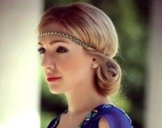 Хорошим варіантом для блондинок стане зачіска з тонким металевим обідком бронзового відтінку, яка поєднується з макіяжем очей в коричневих тонах для теплого кольоротипу зовнішності