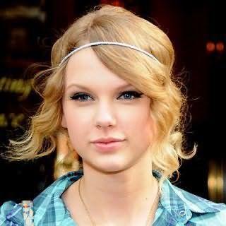 Тонке волосся середньої довжини золотисто-пшеничного відтінку в зачісці у вигляді легких локонів з тонким білим обідком гармонійно доповнять образ в поєднанні з макіяжем очей у вигляді стрілок для світлого типу шкіри