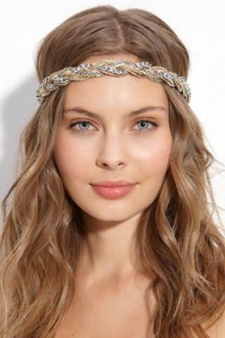 Довге волосся попелясто-русявого відтінку з укладанням у вигляді локонів органічно доповнять образ в поєднанні з грецької зачіскою на розпущене пасма з плетеним обідком навколо чола і денним макіяжем в натуральних тонах