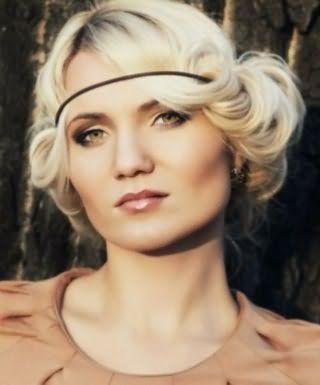 Ідеальним варіантом для блондинок є грецька зачіска з бічним проділом і чубчиком, заправленої в гумку, доповнить образ макіяж в чорних і коричневих тонах