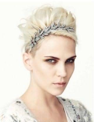 Волосся відтінку попелястий блонд, укладені в високу грецьку зачіску з діадемою, прикрашеної камінням, доповнять образ в поєднанні з макіяжем в світло-коричневій гамі