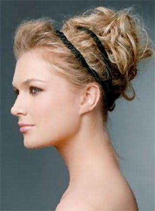 Висока грецька зачіска у вигляді хаотичних локонів і чубчика, прибраній тому, зафіксована подвійною чорною гумкою добре виглядає на волоссі пшеничного відтінку і підходить дівчатам зі світлим типом шкіри