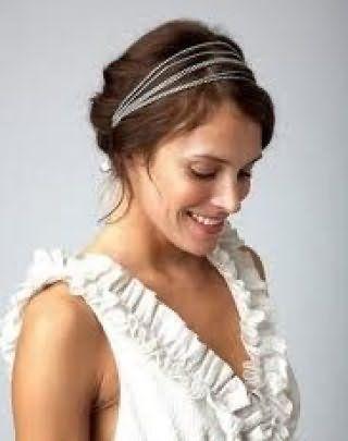 Каштанове волосся середньої довжини добре поєднуються з грецької зачіскою, прикрашеною обідком з тонких смуг і гармонують з легким макіяжем в природних тонах